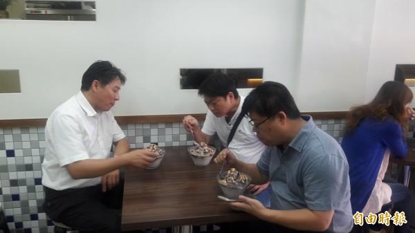 新竹市光華冰菓店是新竹人愛吃的冰店,店內幾乎是老顧客,有阿公帶孫子,也有上班族來吃,更有年輕人或媽媽來買,店內人氣搶搶滾。(記者洪美秀攝)