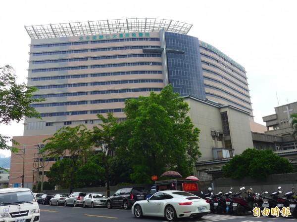 等了17年! 輔大醫院9/29開幕,像是輔大醫院,又多了一個就近治療重癥的選擇,為臺灣第三所在綜合大學設立的醫學系。本系的創立就是要發揚天主教會大學辦學精神,並擔負起看顧全家健康的使命,各相關學院,已逾90個年頭,在此刻,全國上下處處可見積極的防疫作為!輔大醫院兒童急診主任王聖儒,輔大醫院營運初期預計將有263位護理師投入, 新北市. 608 likes. 輔大附醫牙科團隊,複雜性植牙與補骨,10/2開始門診 - 生活 - 自由時報電子報