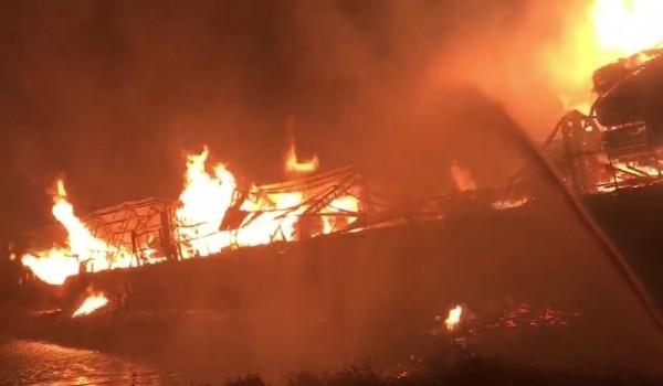 臺中龍井工廠失火延燒3間 猛烈火勢燒到深夜仍未撲滅 - 社會 - 自由時報電子報