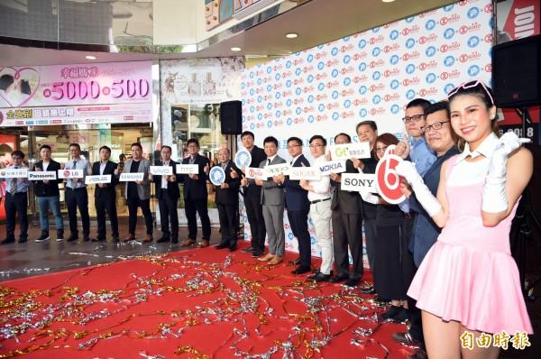 ANTNEX螞蟻互動不僅銷售手機及3C相關產品之外,另整合中華電信、台灣大哥大、遠傳電信、亞太電信及台灣之星,提供消費者門號續約及新申辦服務,以符合時下消費者講求快速服務之管道。(記者張忠義攝)