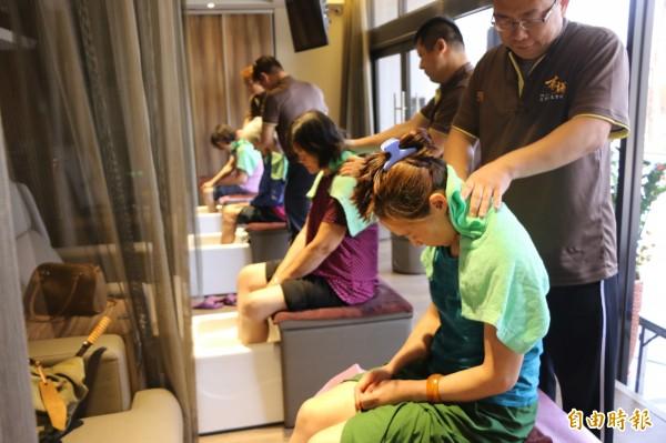 有謙足體養生會館邀請竹南鎮山佳里的模範媽媽們享受按摩。(記者鄭名翔攝)