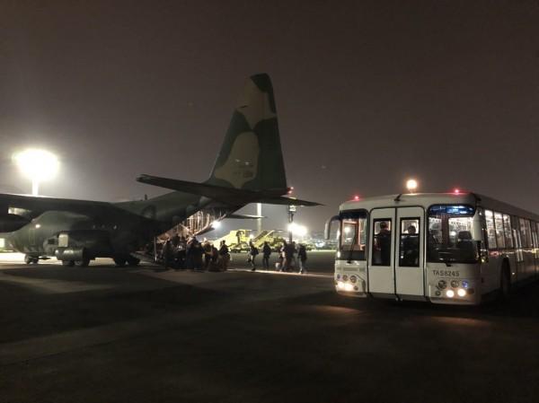 收假囉!屏東空軍基地出動C130運輸機疏運離島旅客 - 生活 - 自由時報電子報