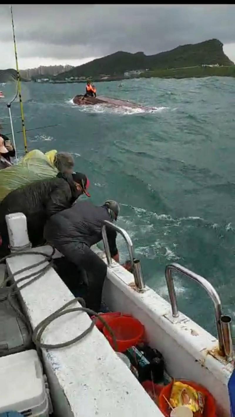 出海釣魚遇浪翻覆 5名釣客落海被熱心船長救起(翻攝畫面) - 自由電子報影音頻道