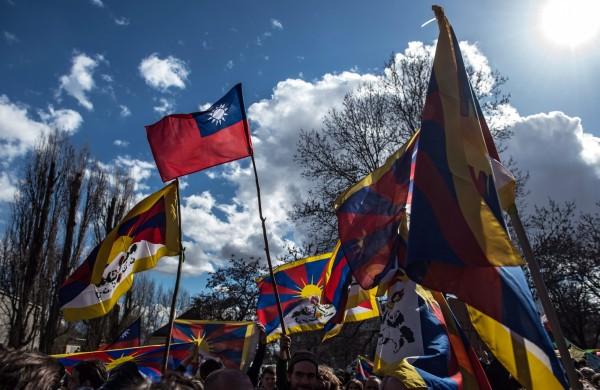 捷克人抗議習近平到訪 我國旗與西藏雪獅旗飄揚 - 國際 - 自由時報電子報