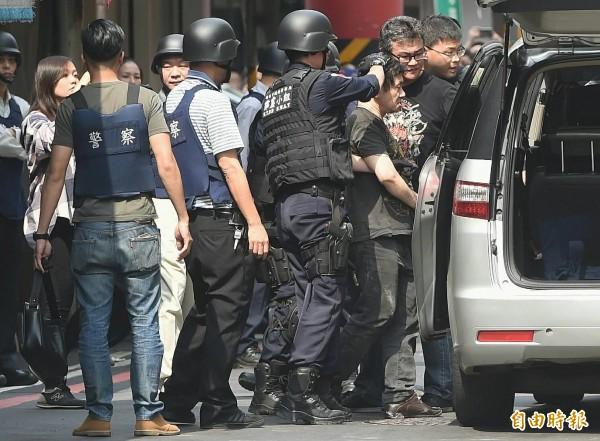 劉邦誠被送往新店分局偵訊 現場仍混亂..... - 社會 - 自由時報電子報