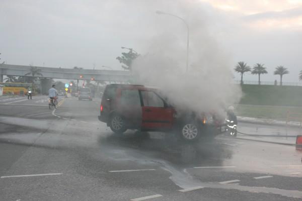 消防員急滅火燒車 啊!是局長的車 - 社會 - 自由時報電子報