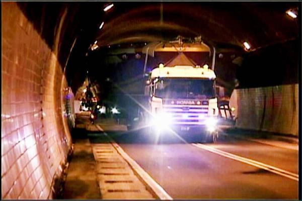車載遊艇過隧道 撞壞整排燈 - 地方 - 自由時報電子報