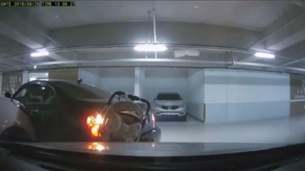 女駕駛倒車衝撞嬰兒車 移車竟又再撞一次… - 國際 - 自由時報電子報