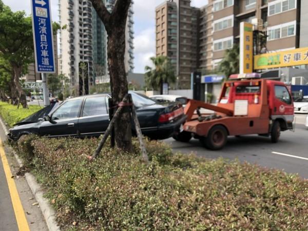 洗車誤踩油門衝上安全島 駕駛滿頭血 - 社會 - 自由時報電子報
