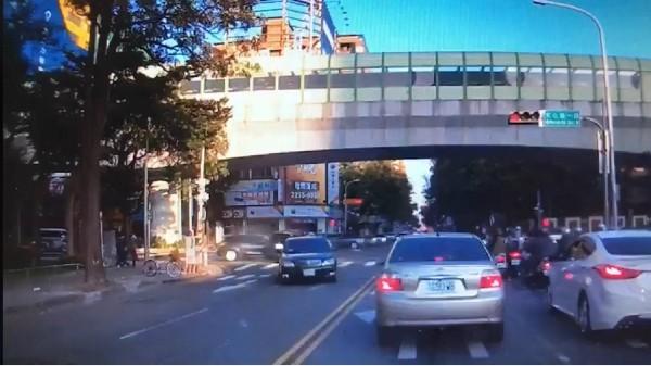 移動炸彈?瘋狂女駕駛逆向撞傷人 闖紅燈竄逃... - 社會 - 自由時報電子報