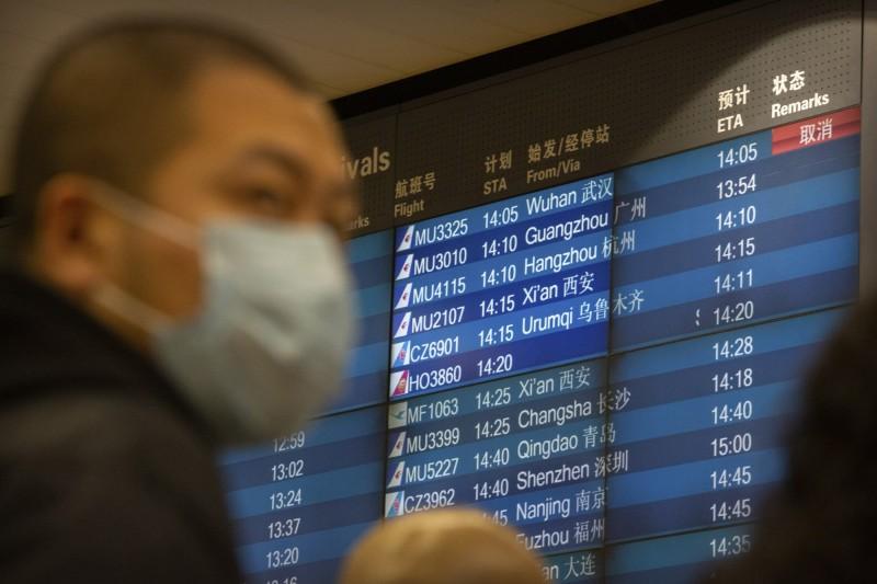 中國武漢爆發的「2019新型冠狀病毒」(2019-nCoV)肺炎,確診和死亡病例逐漸攀升。圖為北京機場時刻表上,武漢的班機被取消。(美聯社)