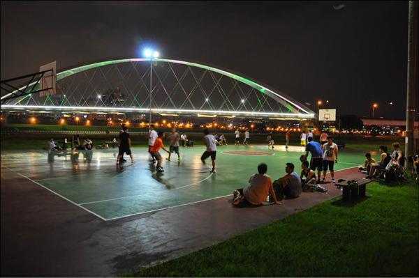 大臺北籃球聖地》麥帥橋下籃球場 氣氛浪漫打球賞景 - 自由體育