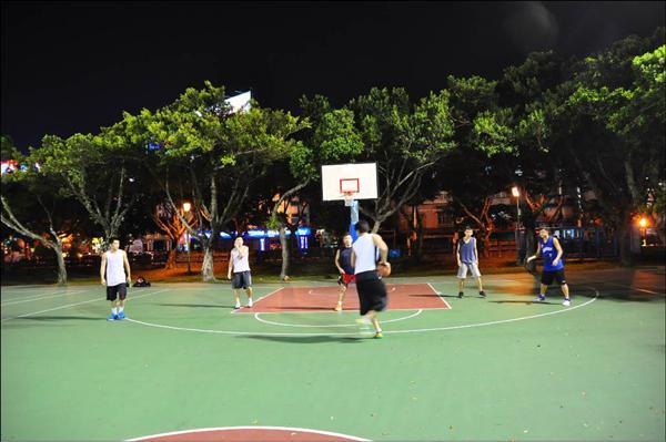 大臺北籃球聖地》 新生公園籃球場 PU材質排水佳 - 自由體育