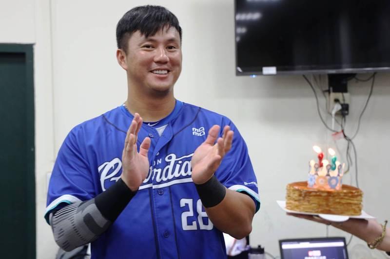 [新聞] 高國輝的蛋糕 暗藏悍將副領隊的「深藍」 - 看板 Baseball - 批踢踢實業坊