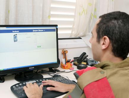 """חייל מול מחשב בפייסבוק (צילום: עודד קרני ,פז""""ם)"""