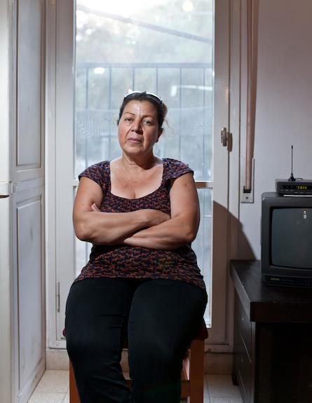 דבורה יושבת בביתה (צילום: נועם מוסקוביץ ,mako)