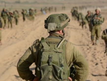 מפקד מול חיילים בשטח