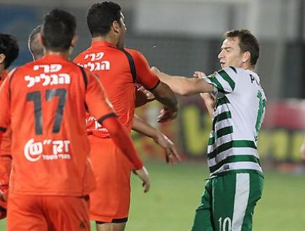 Bnei Yehuda players clash with Raios after the ugly entrance (Yossi Shekel) (Photo: Sport 5)