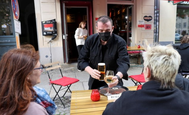 Opening of bars in Berlin, Germany, after easing Corona restrictions (Photo: Reuters)