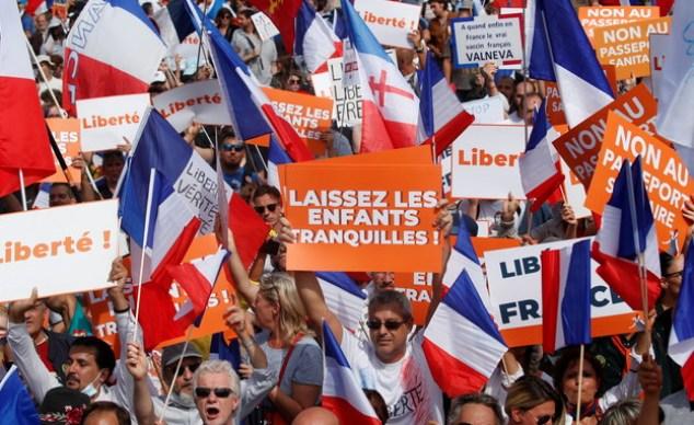 Protesters against vaccines in Paris (Photo: reuters)