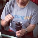 menggiling biji kopi