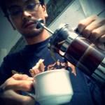 Menuang kopi dari french press