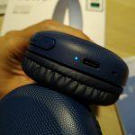 LED, colokan USB-C, dan lubang microphone di Sony WH-CH510