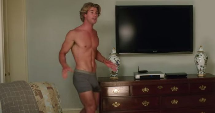 Video Chris Hemsworth Strips Off In Trailer For His New Film Vacation Her Ie