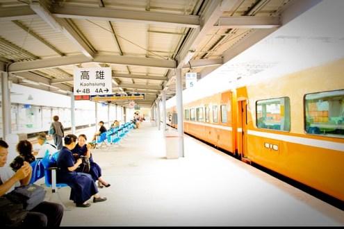 [火車環島] 高雄車站,鐵路地下化前的鋼鐵人身影