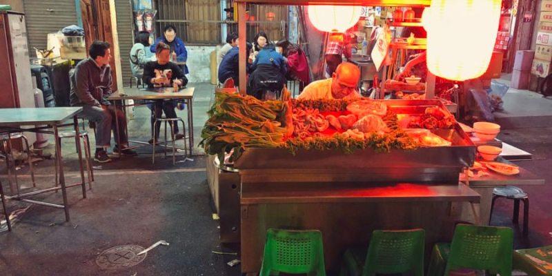 台中中區美食 台南担仔麵 豬腳 大腸 中華路夜市小吃 好台南風格的小麵攤 好橘的燈光超顯眼