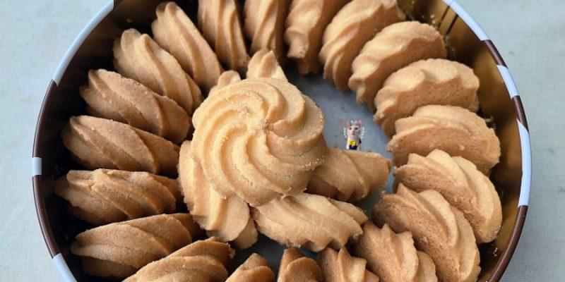 台中南屯美食 短腿阿鹿餅乾 ㄚ鹿餅干 排隊美食 奶酥餅雖然不便宜但真的很好吃 一片就10元 讓人又恨又愛啊!
