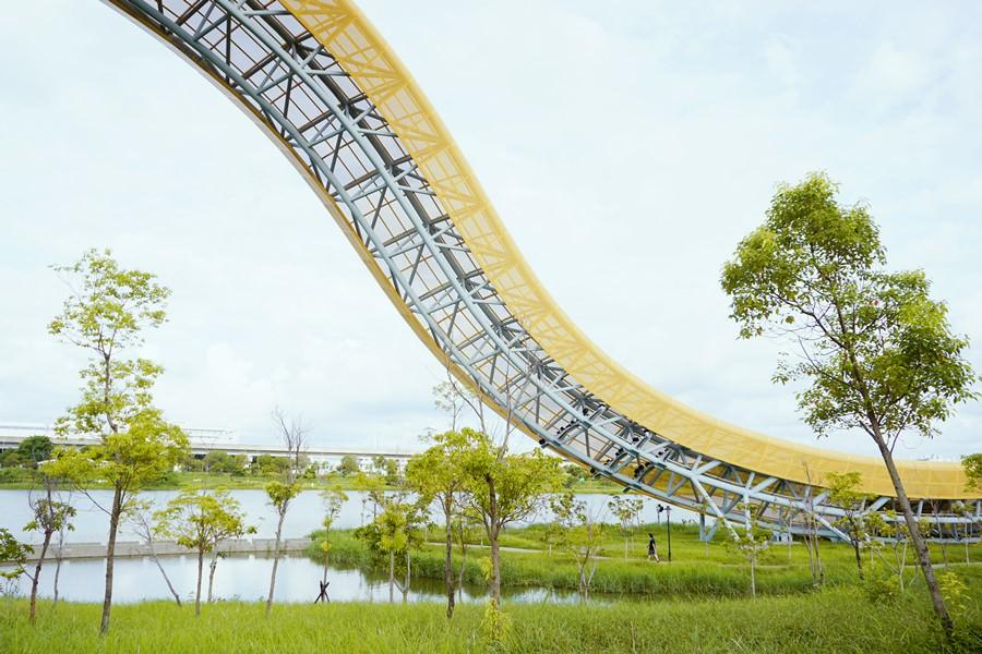 台南新市景點 南科迎曦湖 超像雲霄飛車的舞彩迎賓 巨大黃絲帶藝術雕塑 寧靜優美的大公園
