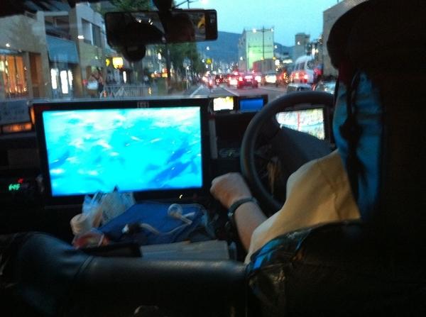京都の魔改造タクシー。20インチディスプレイ、4台の車載HDカム、カーナビ三つ、ドコモのWifiルーター。防犯の為に動画は自宅のサーバに送ってるとのこと。運転手はおじいちゃん。iPadまであって、使わせてもらえる。今年一番の衝撃であった。