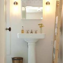 Lowes White Kitchen Sink Yellow Rug 一对夫妻花了5个月时间打造出的理想之家 搜狐时尚 搜狐网 用来当垃圾桶的是一只摘苹果用的旧木桶 是两人在etsy 一个以手工艺成品买卖为特色的互联商店 被誉为 祖母的地下室收藏 上发现的 梯子也是 水槽和镜子来自科勒