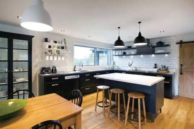 country kitchen sink walnut cabinets 这间乡村厨房获得了诠释国际设计奖 tida 乡村厨房水槽