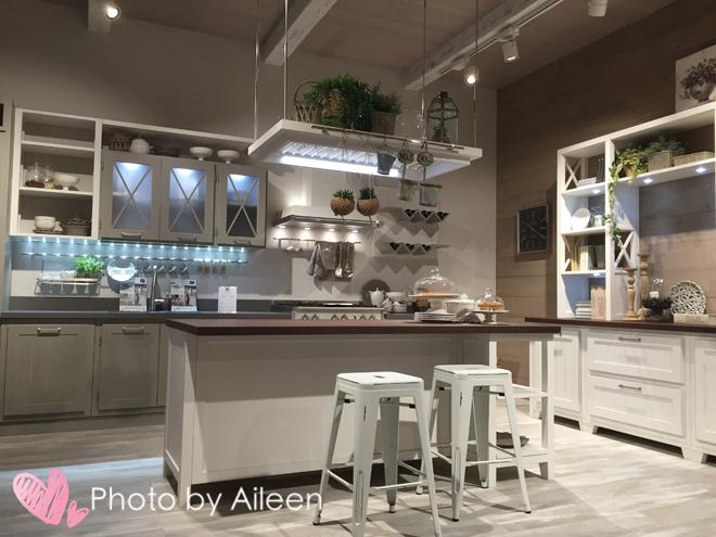 custom kitchen booth cheap small table 当欧洲人用玩的心态做厨房时 他们是认真的吗 定制厨房展位