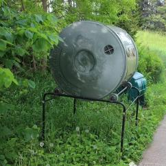 Compost Bin For Kitchen Walnut Cabinets 堆肥真的那么脏臭么 老园丁教你最清新 有效的方 上图是商店出售的堆肥箱 其中左边的滚筒式堆肥箱 随时滚动 加速分解速度 也很适合公寓房厨房垃圾 有的成百上千块 不划算呀 哪些可以放在露台堆肥