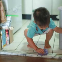 Cleaning Kitchen Floors Drawers Or Cabinets In 厨房的地板油污多到粘鞋底 这样清洁简单又省力 清洁厨房地板