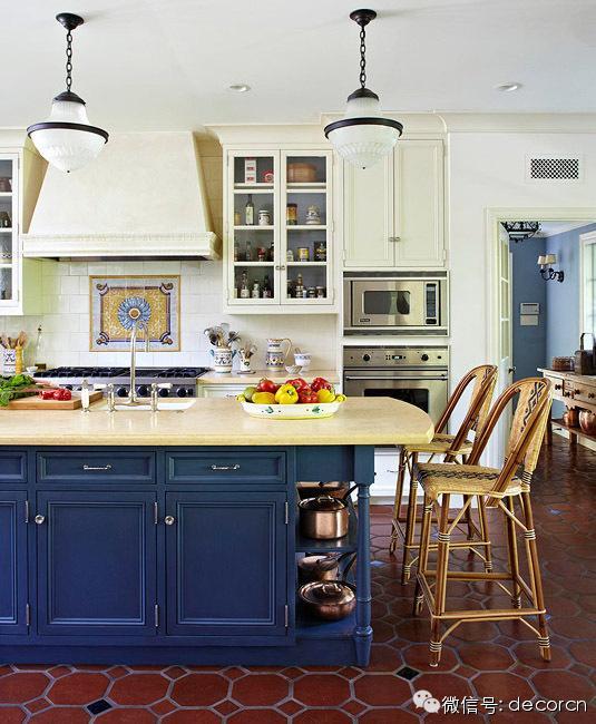 blue kitchen valance set for girls 白富美心中的白色基调厨房长什么样 白色的墙面和白漆橱柜很好的衬托出高纯度航海蓝漆成的奶油黄色大理石台面的岛台 18世纪葡萄牙风格的马赛克拼贴非常吸引眼球 而陶制地砖夹杂着蓝色菱形拼贴定义了整个
