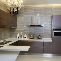 End Kitchen Cabinet Glass Tiles For Backsplashes 百能厨柜解读为你彩色不锈钢橱柜的优势 不锈钢橱柜的保养是比较简单的 平常不需要有太多时间去保养 使用结束后可以直接用漂白水或者洗洁精等来清洗 轻轻一抹就能够擦拭干净 相对来说有更好的卫生效果
