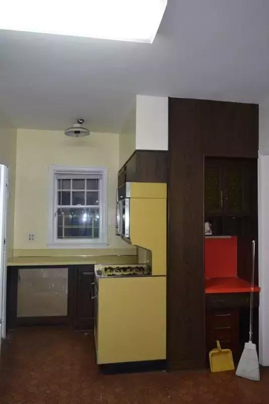 cheap kitchen remodels settee for 实例分析 旧厨房改造不这样做钱白花了 厨房给人的第一感觉是 暗淡 采光位置被挡住 一天24小时都需要开灯 厨房昏暗 老旧感太强了