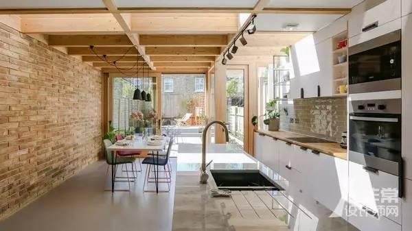 outdoor kitchen frames cabinet hinge types 挑战空间悖论 半开放空间的延伸 导读 如果将室内空间拓展到户外并且让室外空间看起来比不会减少 这似乎是一个悖论 但是建筑师nimtim就在这个伦敦东南部的加入了一个木质框架建立的半开放空间 让