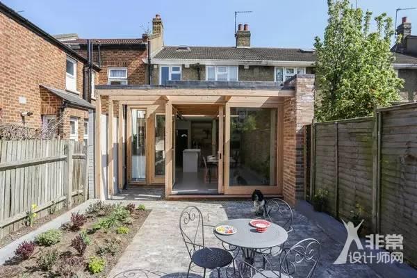 outdoor kitchen frames remodel utah 挑战空间悖论 半开放空间的延伸 导读 如果将室内空间拓展到户外并且让室外空间看起来比不会减少 这似乎是一个悖论 但是建筑师nimtim就在这个伦敦东南部的加入了一个木质框架建立的半开放空间 让