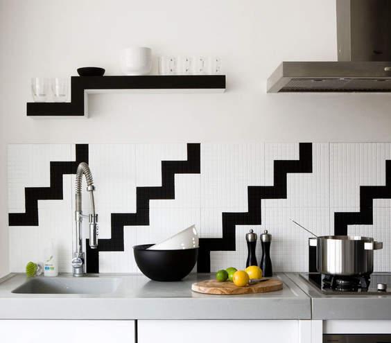 backsplash ideas for small kitchen quartz countertops cost 厨房里的那些设计 19种神奇的厨房装饰想法 搜狐其它 搜狐网 你可以坚持一个单色的调色板 同时仍然增加兴趣和个性的厨房 像这种现代黑白锯齿形的连续图案 穿过柜台或后挡板是平面和意想不到的 如果你在橱柜空间少 可以考虑