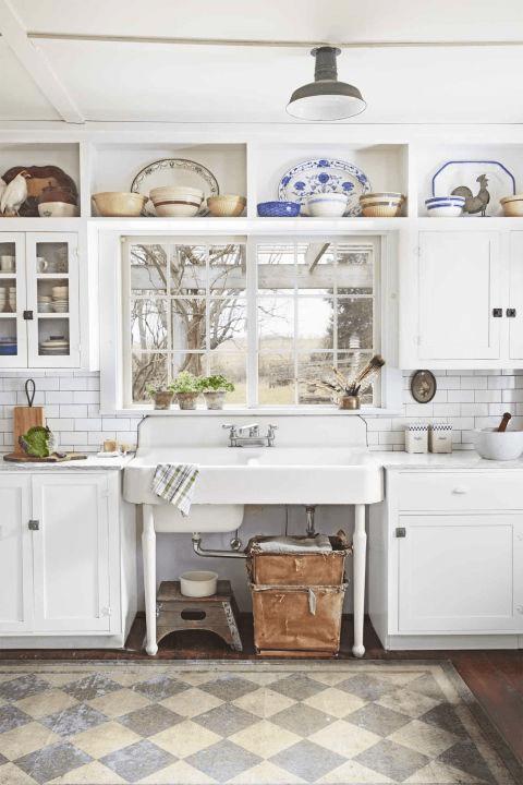farm kitchen sink buffet furniture 厨房里的那些设计 厨房装修百法 存起来以后用得到 这个18世纪的农舍的业主 增加了一个复古的瓷器双层农场水槽 并重新面对所有的橱柜来翻新空间