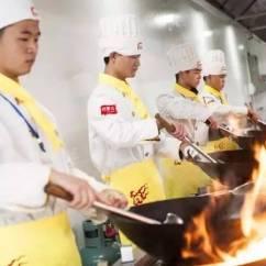 Summer Kitchens Eat At Kitchen Island 夏天来了 在厨房工作请注意5件危险事 夏天的厨房