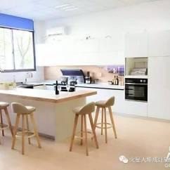 White Kitchen Cabinets Lowes Makeover Sweepstakes 鼓掌 火星人厨柜体验厨房完工啦 火星人厨柜研发设计师在谈起设计理念时说 整体色调以白色高光为主 再以浅橡木纹开放柜为点缀 增加了整套厨柜的灵动感 外观布局非常简约 内部都配以强大的收纳