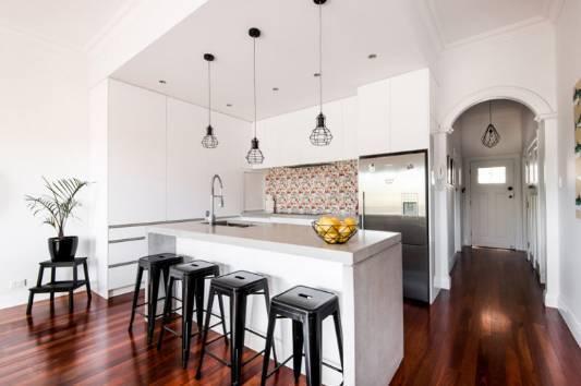modern kitchen backsplash magic grill 看看这13个古老的厨房在接受化妆后看起来像什么 过时的厨房里的木柜和蓝色瓦片后挡板被交易出来 用于清洁的白色橱柜 混凝土台面 工业吊灯 以及当代多彩的后挡板