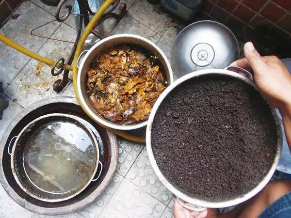 kitchen compost container country door knobs 厨房里产生的垃圾 夏季不用3个月就能腐熟的有机肥 之后就要适当添加水分 保持土壤介质微润 避免过于潮湿 微微湿润即可 之后就要将堆肥容器摆放在一个遮阴通风的地方 避免阳光暴晒和直射