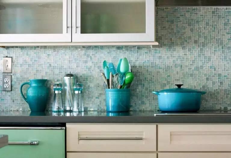 mosaic backsplash kitchen mirrored 灵感 18个惊人华丽的马赛克厨房后挡板设计 如果你是金属感或是带有反光效果的爱好者 那么这款马赛克非常适合你 还可以当镜子哦